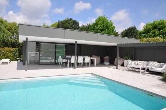 modern zwembad met poolhouse en terras