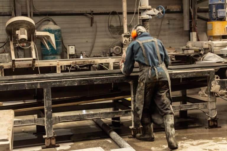 vakman aan het werk in productie