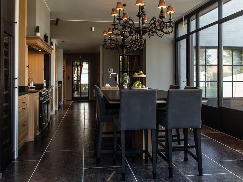 keukeninterieur met donkere tegels en lusters