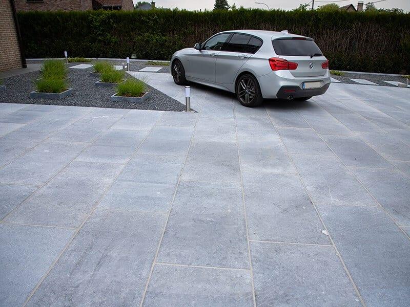 moderne oprit met natuursteen grote tegels