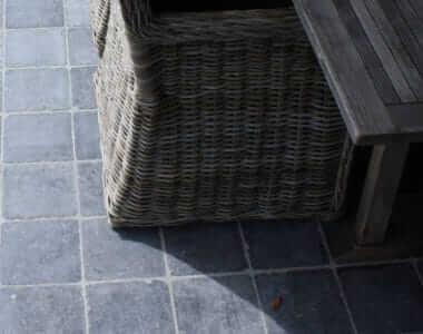 terras met kleine tegels natuursteen
