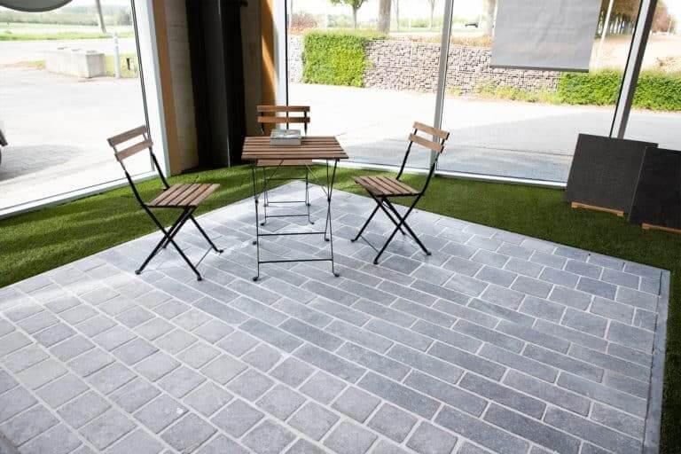 toonzaal terras met uitklap stoelen en tafel