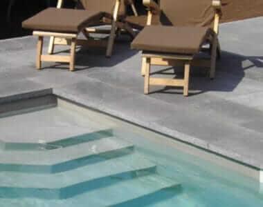 zwembad belgische blauwe steen met tuinset en treden