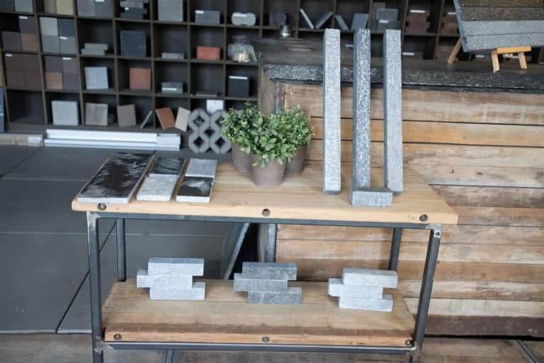 uitstal tafel met samples van stenen
