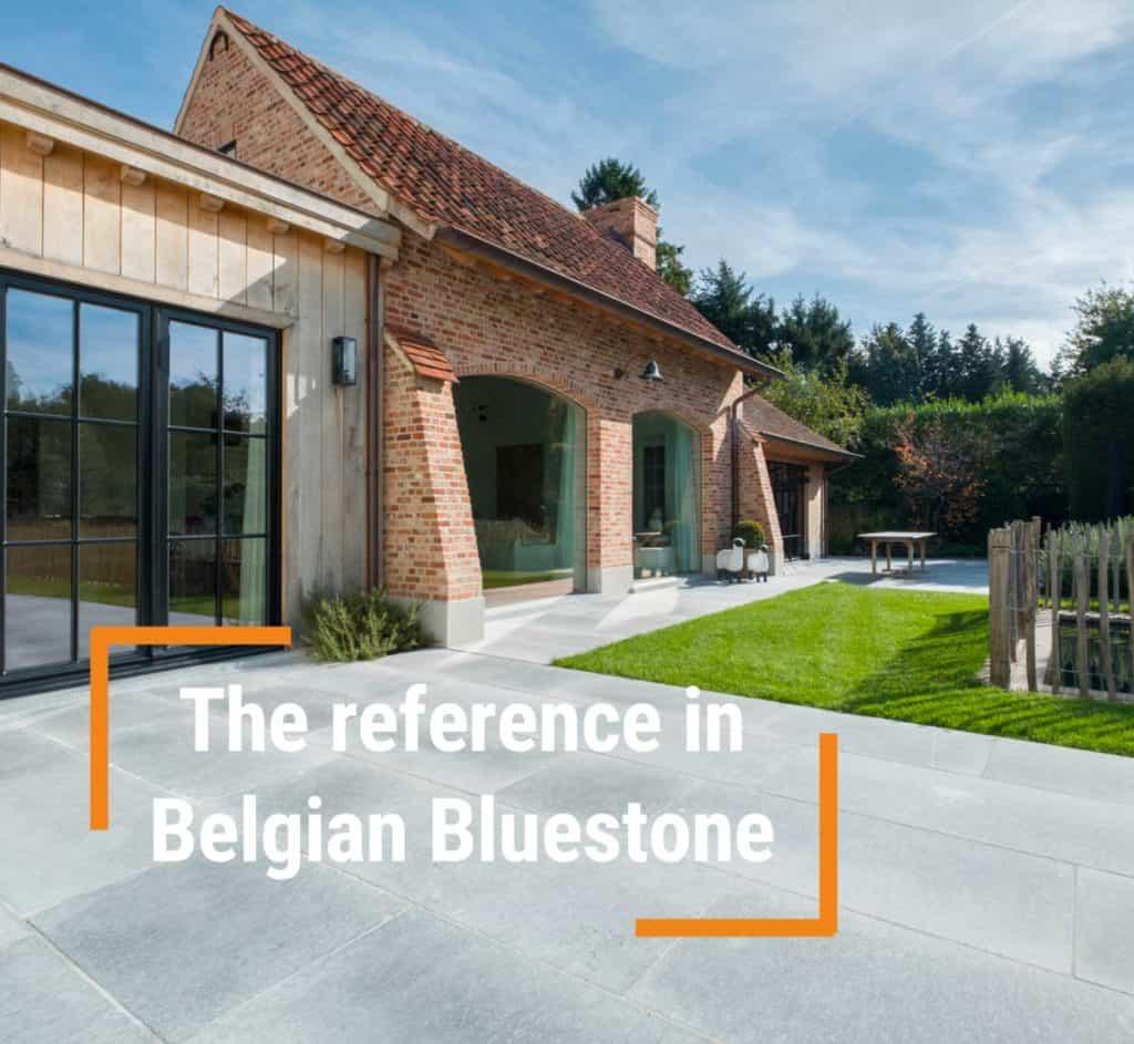 villa met belgische blauwe steen terras met gras