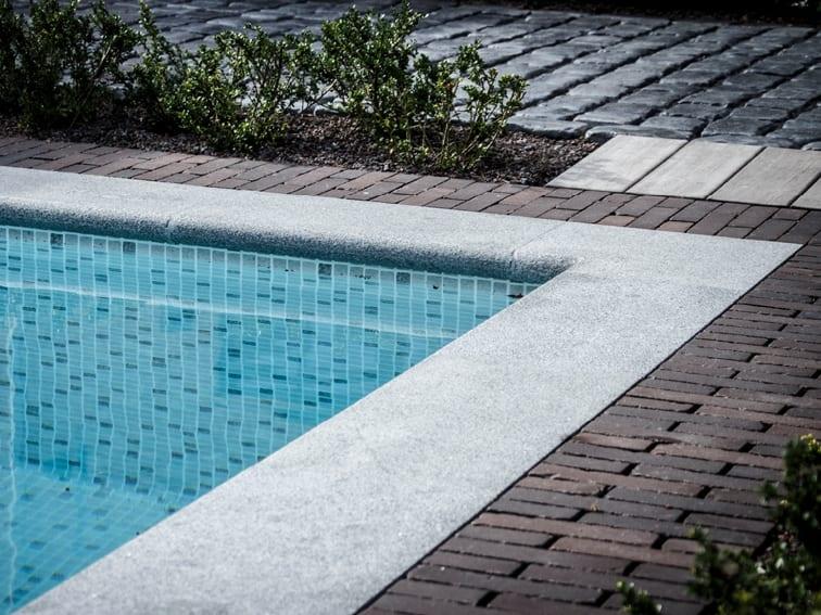 zwembadboorden natuursteen