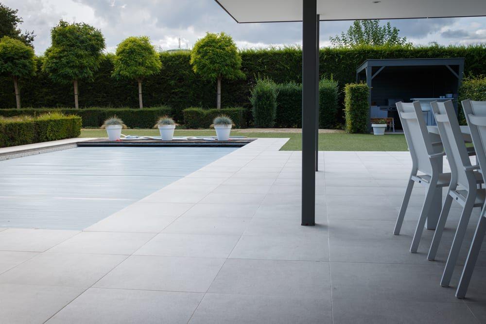keramische zwembadboord en terras